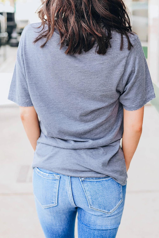 深灰色圆领短袖嘴唇图案舒适休闲女士T恤衫 LC253621