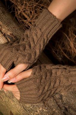 棕色针织漏指保暖手套