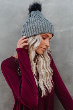 灰色针织保暖豆豆帽