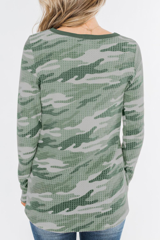 绿色迷彩印花纽扣装饰华夫格针织长袖上衣 LC2521572