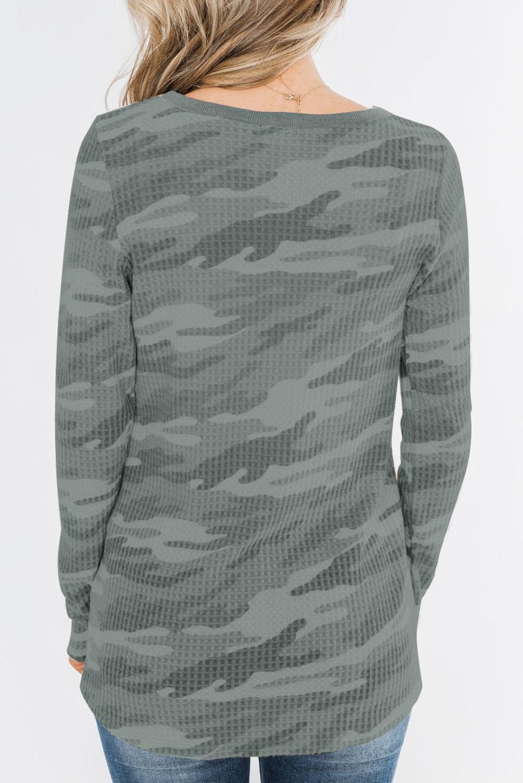 灰色迷彩印花纽扣装饰华夫格针织长袖上衣 LC2521572