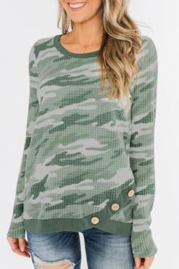 绿色迷彩印花纽扣装饰华夫格针织长袖上衣
