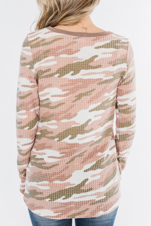 淡粉色迷彩印花纽扣装饰华夫格针织长袖上衣 LC2521572