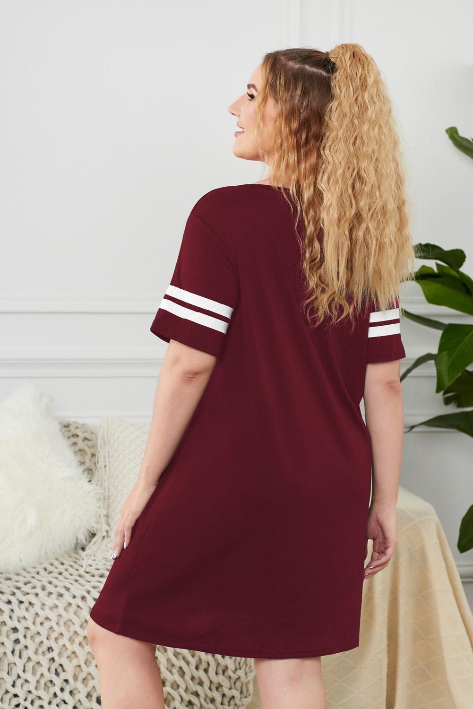 酒红色字母标语图案条纹短袖宽松舒适大码睡衣裙 LC31358