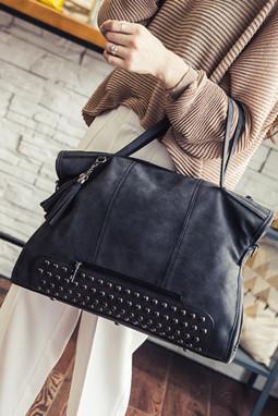 黑色复古铆钉装饰手提包